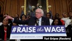 """Сенатор Берни Сандерс выступает на пресс-конференции по поводу проекта закона """"Поднимите зарплаты"""". 16 января 2019 г."""