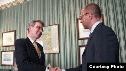 Арсеній Яценюк зустрівся з послом США в Україні Джеффрі Пайєттом, Київ, 22 серпня 2013 року