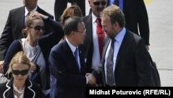 Ban Ki-moon na sarajevskom aerodrmomu sa Bakirom Izetbegovićem