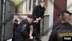Костенко біля будівлі суду