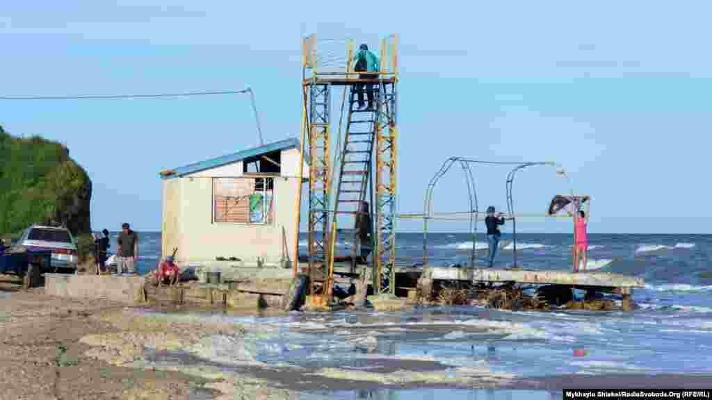 Від моря лиман Бурнас відділяє однойменний мис, який перетворюється на піщану косу. На ній і розташовано місцевий пляж. Територія коси належить до земель громади, але керує нею Татарбунарська районна державна адміністрація.