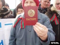 Cu paşaportul transnistrean la un protest împotriva aşa-numitei blocade economice. Punctul vamal Platonovo la hotarul cu Ucraina, 20 martie 2006