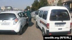 Андижанские милиционеры принуждают водителей легковых автомобилей собирать хлопок, а водителей автомобилей Damas – развозить сборщиков.