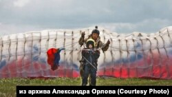 Новосибирский парапланерист Александр Орлов регулярно проводит бесплатные полеты с больными детьми