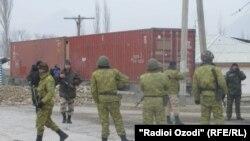 Кыргызские и таджикские пограничники на границе таджикского анклава Ворух в Кыргызстане. 18 декабря 2013 года.