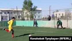 Ауылдағы шағын футбол турнирінен көрініс. Шығыс Қазақстан облысы Ақсуат ауылы. 9 мамыр 2012 жыл.