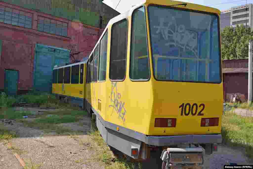 Сыртында 1002 деген нөмірі бар трамвай – 2015 жылы қыркүйектің 23-і күні болған жол апатына «кінәлінің» нақ өзі. Сол оқиғадан соң Алматыда трамвай қозғалысы белгісіз мерзімге тоқтатылды. Алматы, 9 тамыз 2016 жыл.