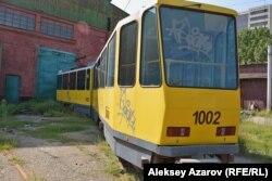 Трамвай с бортовым номером 1002 — главный фигурант и виновник ДТП 23 сентября 2015 года. Алматы, 9 августа 2016 года.