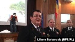 """Octavian Tărăbuţă (stânga), rectorul Academiei navale """"Mircea cel Bătrân"""" din Constanţa"""