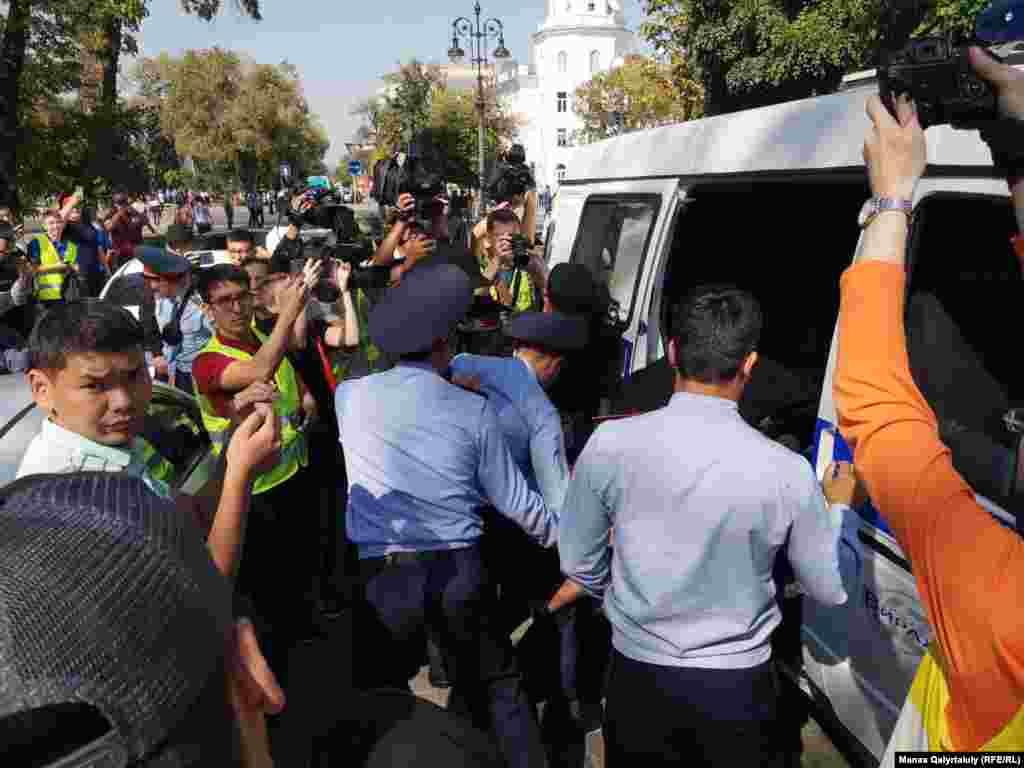 Азаттық тілшісі полицияның шамамен 20 адамды ұстап әкеткеніне көрді. Алматы, 21 қыркүйек 2019 жыл.