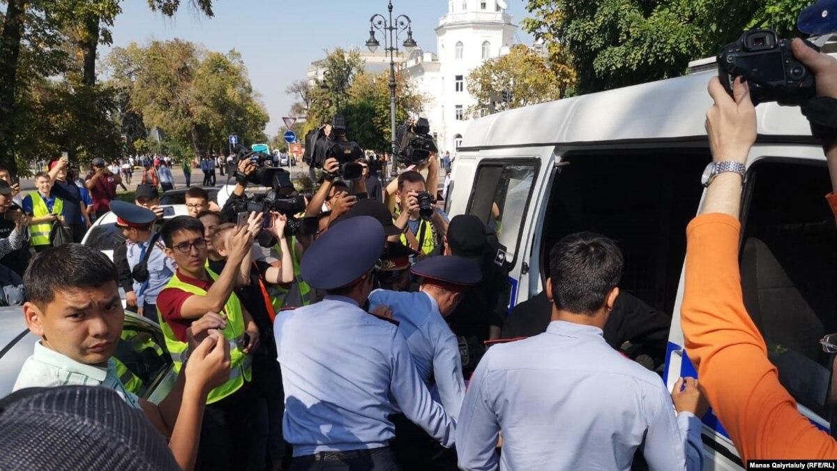 Оппозиция в Казахстане требует освободить задержанных активистов
