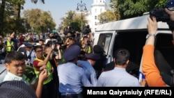 Затримання учасника акції протесту в Алмати, Казахстан, 21 вересня 2019 року