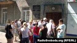 Очередь из людей, которые хотят получить российский паспорт, возле здания так называемой миграционной службы группировки «ДНР» в Донецке, 9 июня 2019 года