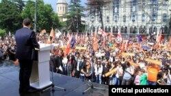 До нынешнего всплеска партийного строительства в Грузии насчитывалось более 200 политических партий. Согласно данным ЦИК, на сегодняшний день заявку на участие в предстоящих выборах подали уже 25 партий
