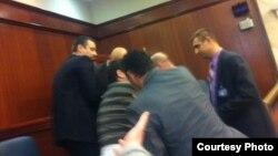 Претседателот на ЗНМ, Насер Селани, избркан од Собраниската галерија за време на седницата за носење на буџетот за 2013-та.