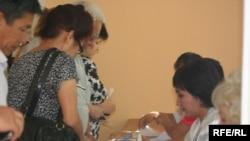 Бишкектин бир шайлоо бекетине добуш берүү үчүн келгендер, 27-июнь.
