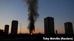 Više stotina stanara četiri solitera u Londonu iseljeno je u subotu zbog opasnosti od požara