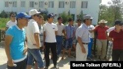 """Работники компании """"Каспий Цемент"""" вышли на акцию протеста с требованием погасить задолженность по зарплате. Шетпе, 11 августа 2014 года."""