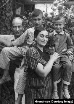 Семья Злотниковых на даче (Тайнинская, Московская область, близ г.Мытищи), 1939. Этель Львовна и Савелий Львович с Юрой (слева) и Мишей. Фото из архива семьи художника