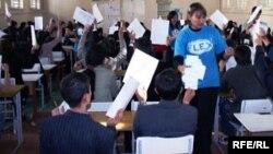 Студентам раздают экзаменационные листы для участия в конкурсе на грант. Иллюстративное фото.
