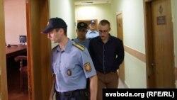 Уладзімера Санковіча пад канвоем вядуць у залю суду