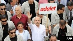 Лидерот на секуларната Народнорепубликанската партија, Кемал Калачдароглу, на протестот во Анкара, 15, јуни, 2017