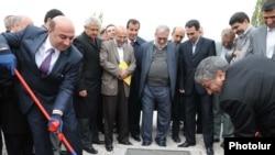 Армения – Министр энергетики Армении Армен Мовсисян (слева) и его иранский коллега Маджид Намджу участвуют в старте программы строительства армяно-иранской высоковольтной линии электропередач. 14 октября 2010 г.
