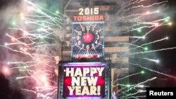 Fishekzjarre dhe lojë dritash në Times Square në Nju Jork në momentin e ardhjes së Vitit të Ri 2015
