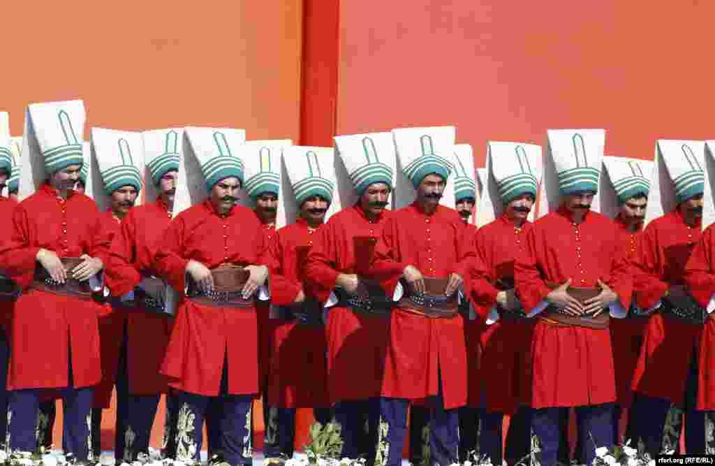Osmanlı hərbi geyimində nümayişçilər