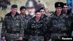 Українські військовослужбовці в Керчі, березень 2014 року