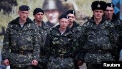 Українські військовослужбовці в Керчі, 4 березня 2014 року