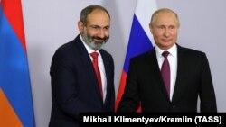 Премьер-министр Армении Никол Пашинян и президент РФ Владимир Путин (слева направо) во время встречи. Сочи, 14 мая 2018 года.