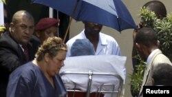 Ish presidenti Nelson Mandela duke e leshuar spitalin në Johanesbug, ne janar te 2001-es