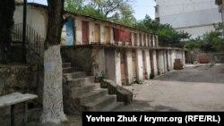 Бывшие угольно-дровяные кладовки в одном из дворов