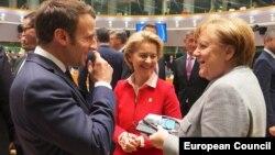 فون در لاین، رئیس کمیسیون اتحادیه اروپا (وسط)، در کنار آنگلا مرکل (صدر اعظم آلمان) و امانوئل مکرون (رئیسجمهور فرانسه)