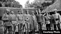 З рускімі палоннымі (фота з брашуры «Крэва. Год пазыцыйнай вайны»)