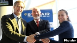 Armenia -- Ryanair's David O'Brien (C), Armenian Civil Aviation Committee chief Tatevik Revazian (R) and Marcelo Wende, chief executive of Armenia Internatonal Airports, announce the upcoming launch of Ryanair flights, Yerevan, October 16, 2019.