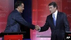 Републиканските кандидати за номинација за претседател, Мит Ромни и Рик Пери, се поздравуваат на крајот на една од дебатите во Библиотеката на Реган во Долината Сими во Калифорнија на 7 септември 2011 година.