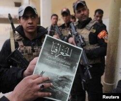 """Мосул: бойцы иракских сил специального назначения и школьный учебник, изданный """"Исламским государством"""""""