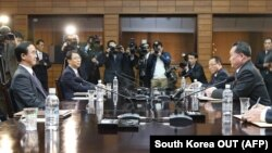 چو میانگگیان (چپ)، وزیر اتحاد در کره جنوب، و ری سانگوان، همتای او از کره شمالی