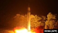 """Солтүстік Корея ұшырған құрлықаралық баллистикалық """"Хвасонг-14"""" зымыраны. 29 шілде 2017 жыл (Көрнекі сурет)."""