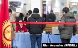 На избирательном участке в Бишкеке. 11 декабря 2016 года.