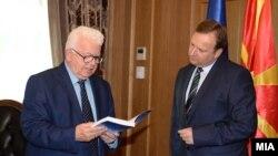 Средба на премиерот Емил Димитриев со Сојузот на пензионери, предводен од претседателот Драги Аргировски, октомври, 2016.