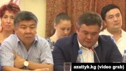 Депутаттар Алмамбет Шыкмаматов (солдо), Марат Аманкулов (оңдо).
