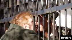Мать пришла к украинскому солдату, который несет службу в одной из крымских воинскких частей