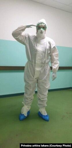Pred početak nove smene u COVID bolnici Kliničkog centra u Nišu, doktor Aleksandar Nikolić