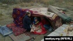 Домочадцы во временном укрытии во дворе дома Умитгуль Альмагамбетовой, который должны снести по решению суда. Кызылорда, 24 октября 2014 года.