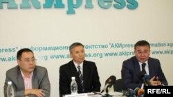 Улуттук банктын төрага орунбасарынын милдетин аткаруучу Абдымалик Мырзаев (ортодо)