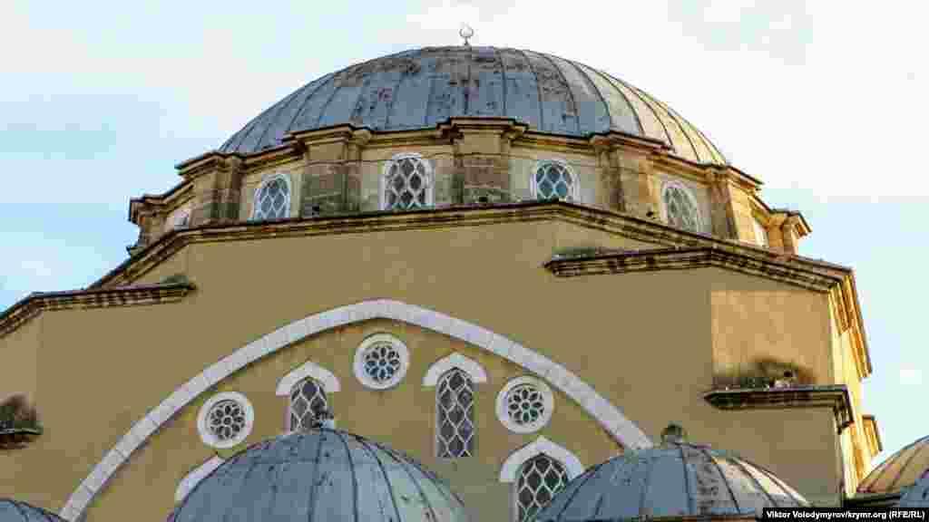 Главный купол с 16 окнами над центральным залом мечети высотой 22 метра