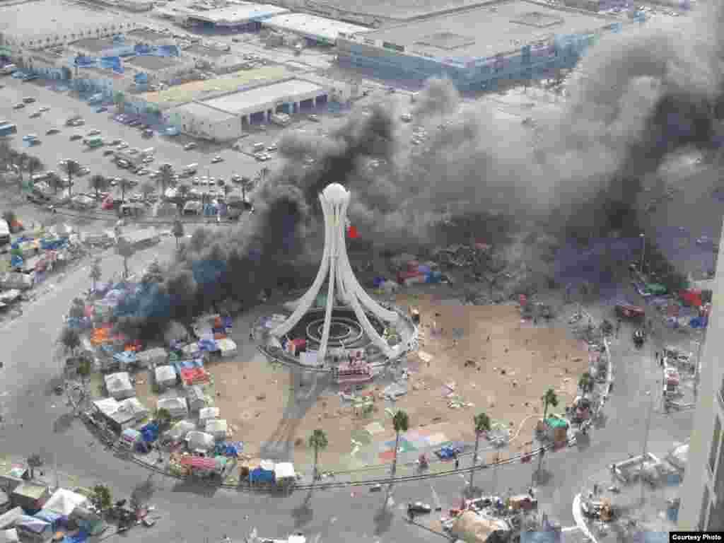 """Бермет аянтындагы окуялар. Ишкер Ник """"Азаттыкка"""" жиберген сүрөттөрдөн. Манама ш., Бахрейн. 16.03.2011. № 2-сүрөт. - 2011-жылдын 16-мартында Бахрейн падышалыгынын коопсуздук күчтөрү шийи араптар басымдуулук кылган демонстранттарды күч менен таркатты. Бермет аянтындагы окуялар. Ишкер Ник """"Азаттыкка"""" жиберген сүрөттөрдөн. Манама ш., Бахрейн. 16.03.2011. № 2-сүрөт."""